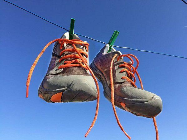 Làm sạch dây giày bằng nhiều cách