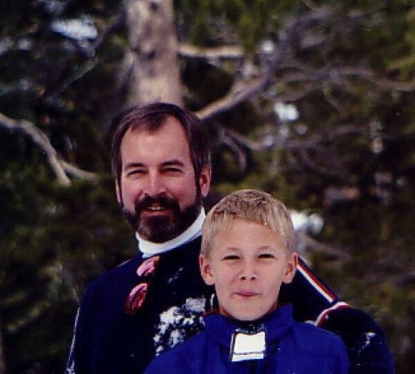 Người đàn ông đứng cùng cậu bé trong ảnh là Roy Raymond