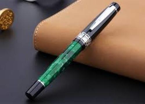 Bút là vật dụng không thể thiếu của mỗi thầy cô
