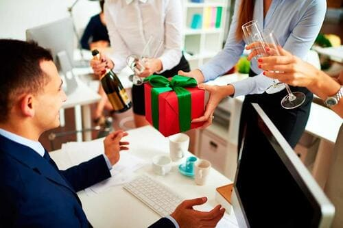 Ý nghĩa của việc tặng quà tết cho bạn bè đồng nghiệp