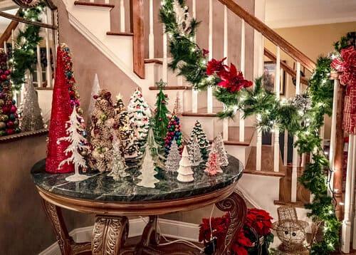 Cầu thang là một nơi mà bạn không nên bỏ qua khi trang trí Noel